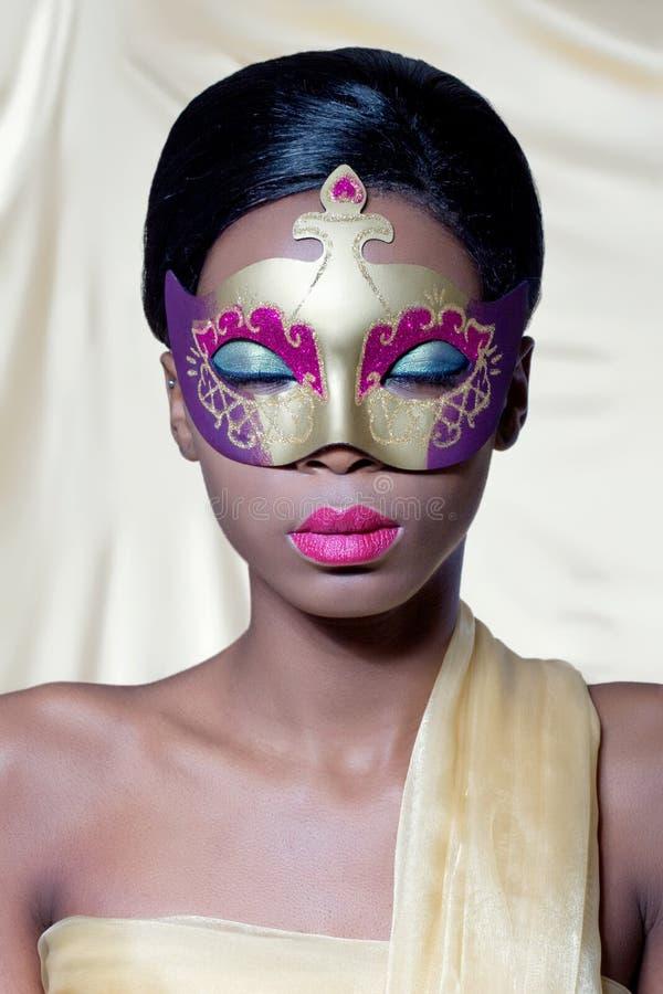 Mulher nova bonita com uma máscara fotos de stock royalty free