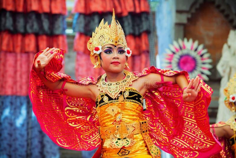 Mulher nova bonita do Balinese no traje étnico do dançarino imagens de stock