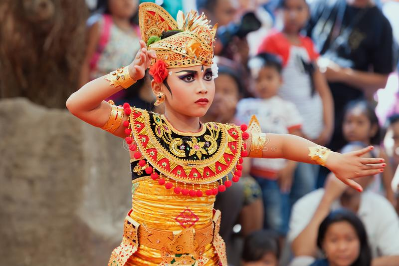 Mulher nova bonita do Balinese no traje ?tnico do dan?arino foto de stock royalty free