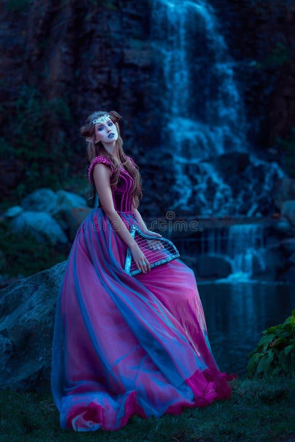 Mulher nova bonita do duende fotografia de stock