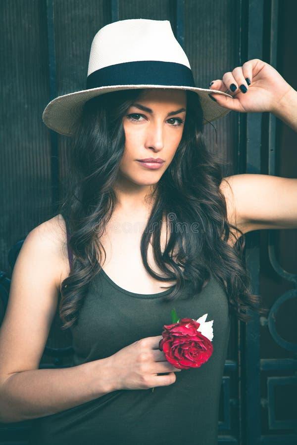 Mulher nova bonita do latino com o retrato do chapéu de Panamá exterior fotografia de stock
