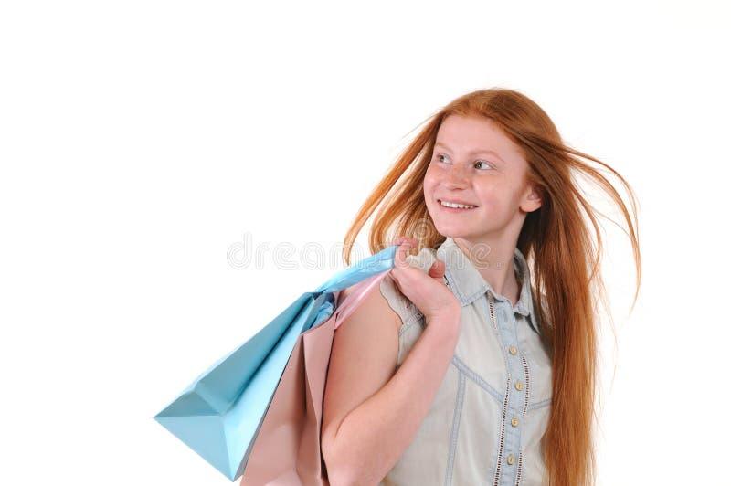 Mulher nova bonita do redhair com sacos shoping fotografia de stock royalty free
