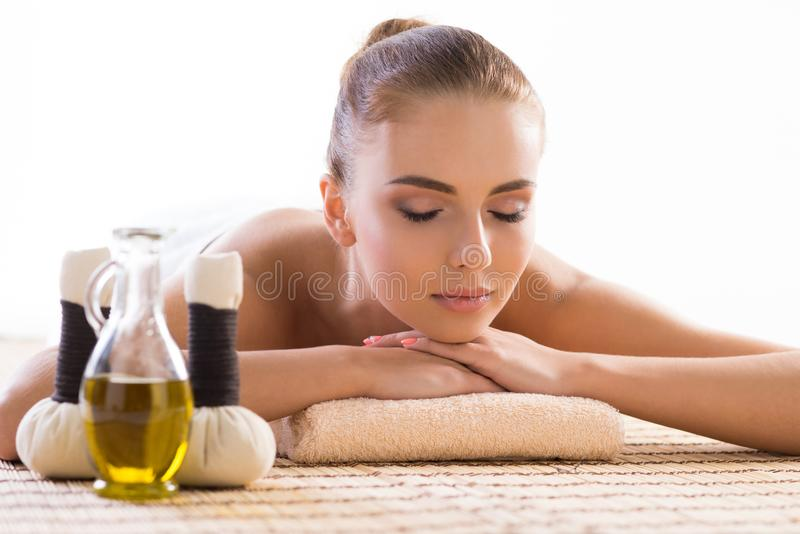 Mulher nova, bonita e saudável que relaxa no salão de beleza dos termas Terapia do aroma e tratamentos orientais tradicionais da  fotos de stock