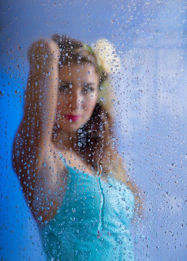A mulher nova bonita e uma chuva deixam cair imagem de stock