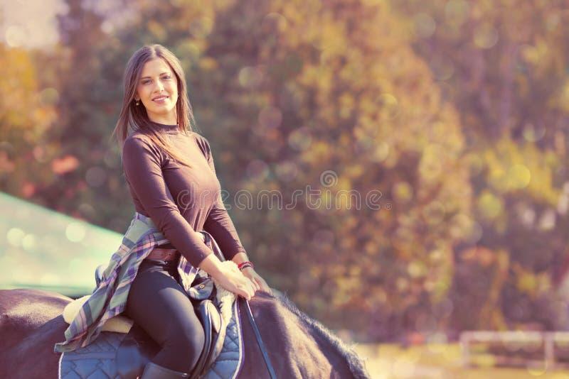 Mulher nova bonita em horseback fotografia de stock
