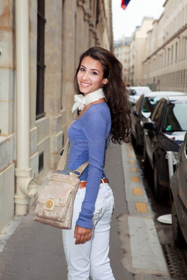 Mulher nova bonita em um passeio de Paris imagem de stock royalty free
