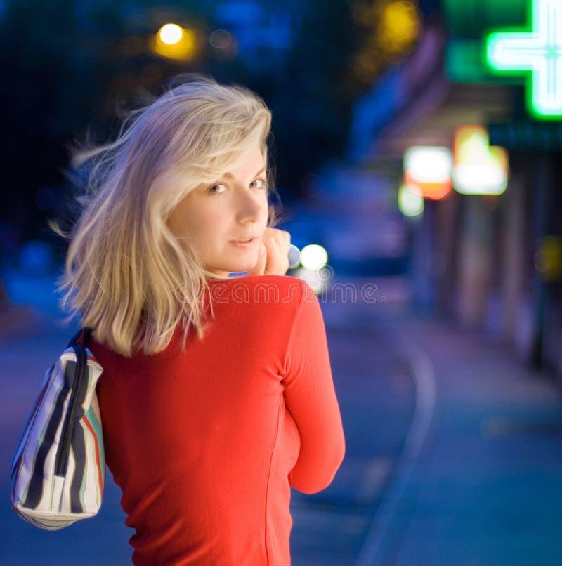 Mulher nova bonita em uma cidade fotos de stock royalty free