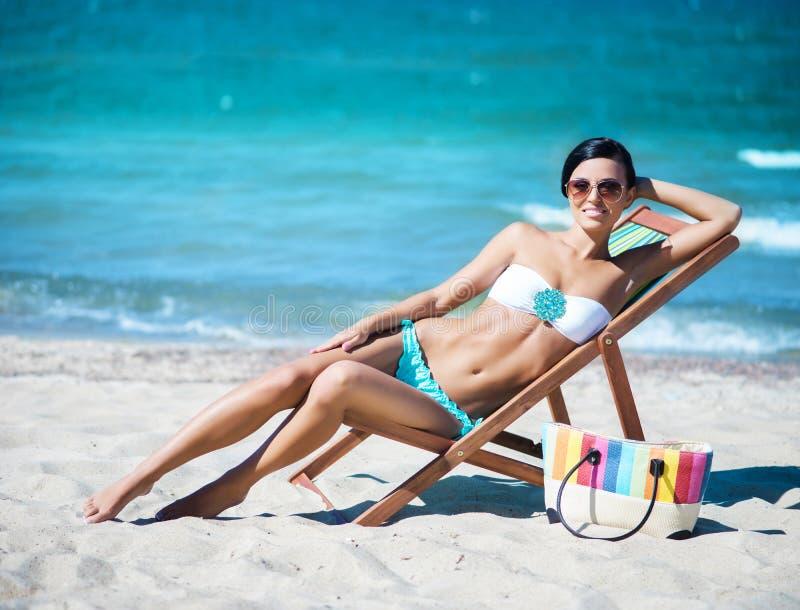 Mulher nova, bonita, magro e 'sexy' na praia imagem de stock