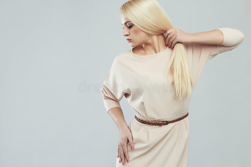 Mulher nova bonita Menina loura modelo com cabelo saudável forte imagem de stock