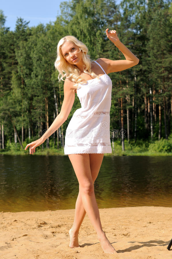 Mulher nova bonita na praia foto de stock royalty free