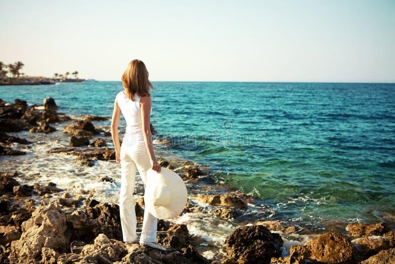 Mulher nova bonita na praia imagem de stock royalty free