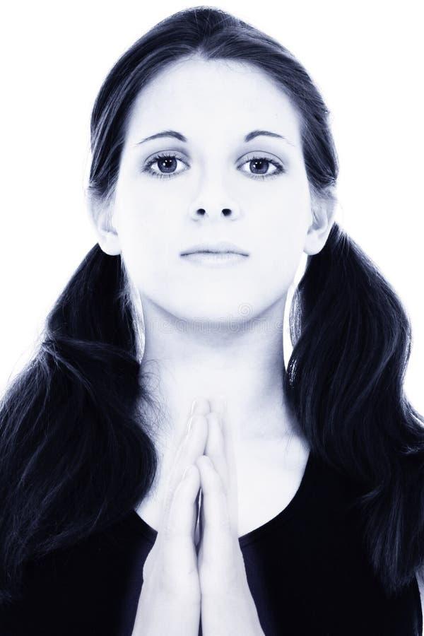 Mulher nova bonita no azul com mãos da meditação ou da oração foto de stock royalty free