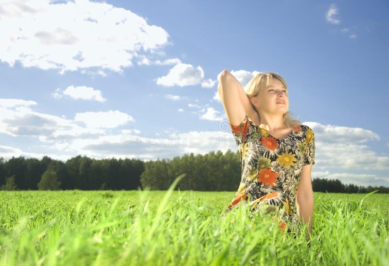 Mulher nova bonita no campo no tempo de verão fotos de stock