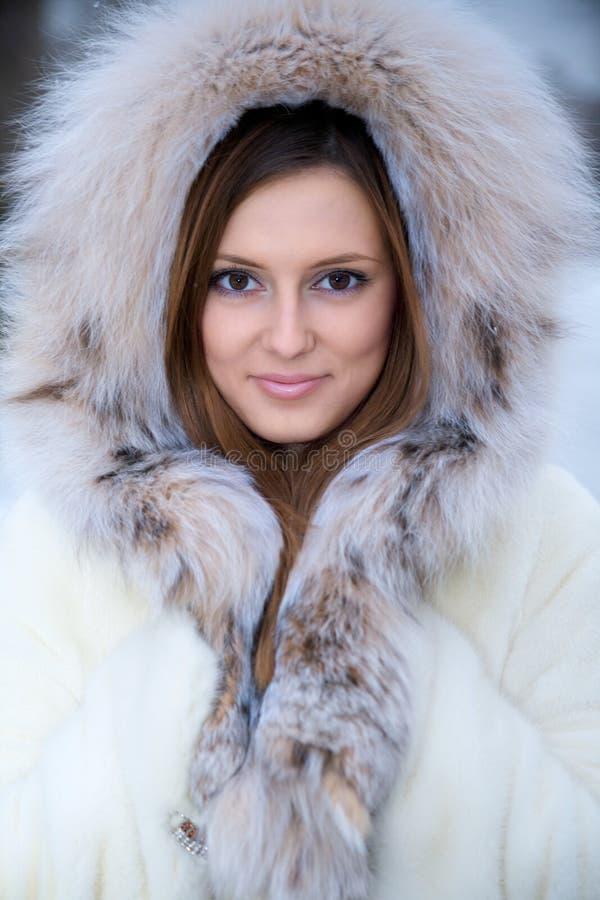 Mulher nova bonita no casaco de pele do inverno imagem de stock