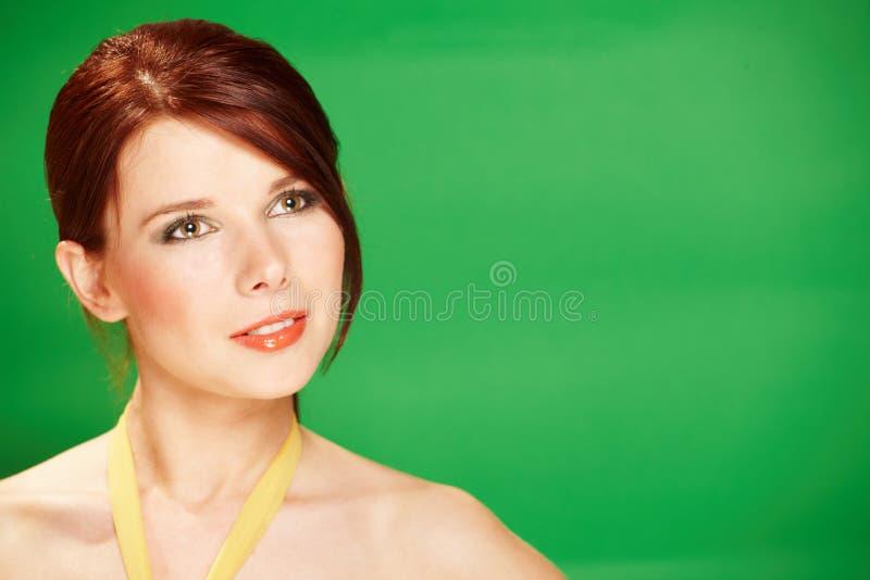 Mulher nova bonita no fundo verde foto de stock royalty free
