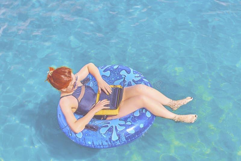 Mulher nova bonita no mar fotos de stock royalty free