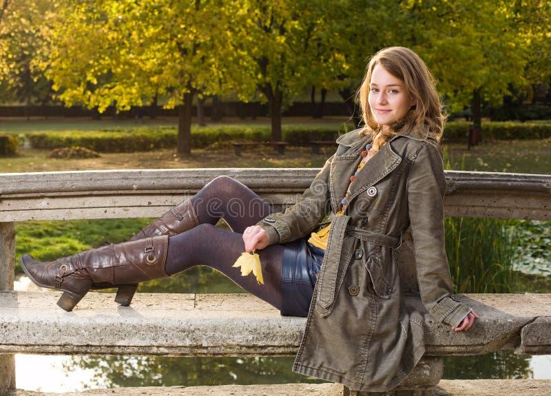 Mulher nova bonita no parque na queda. imagens de stock