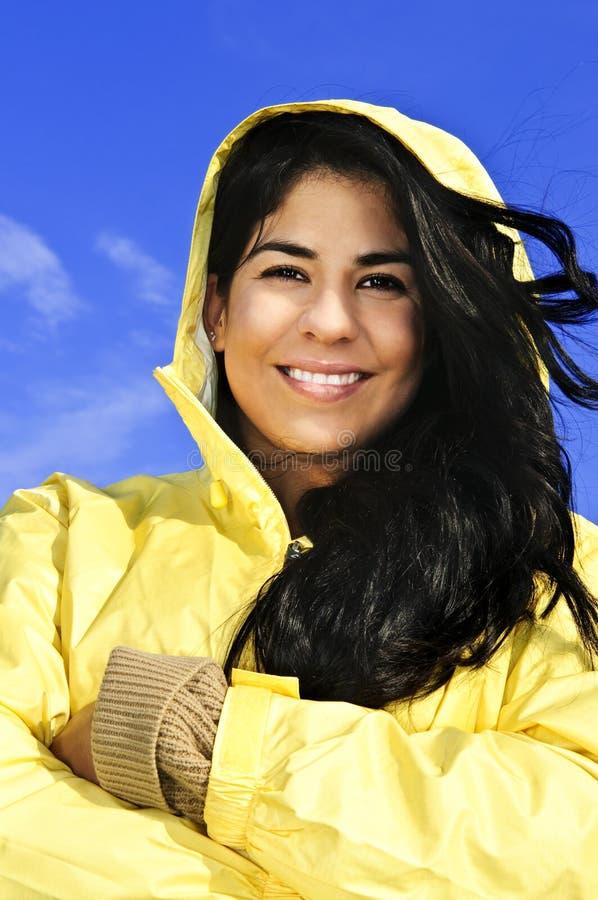 Mulher nova bonita no raincoat imagem de stock
