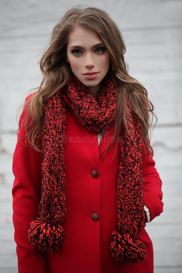 Mulher nova bonita no vermelho imagem de stock royalty free