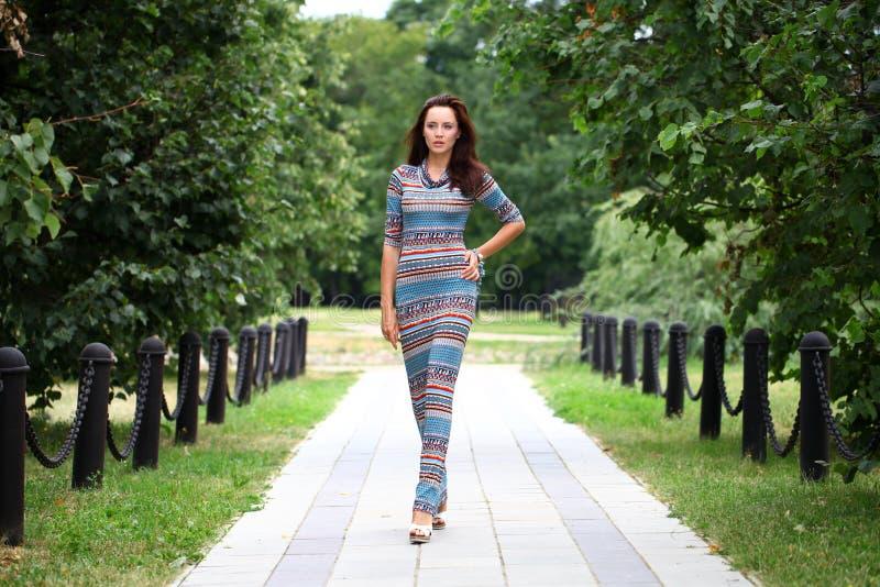 Mulher nova bonita no vestido colorido imagens de stock royalty free