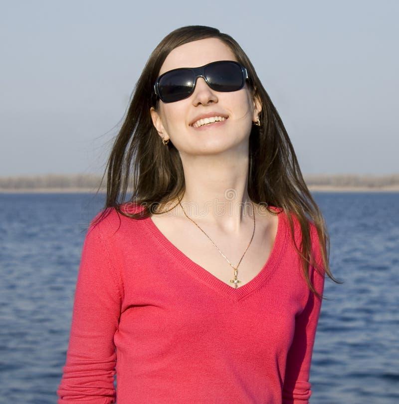 Mulher nova bonita nos óculos de sol foto de stock royalty free