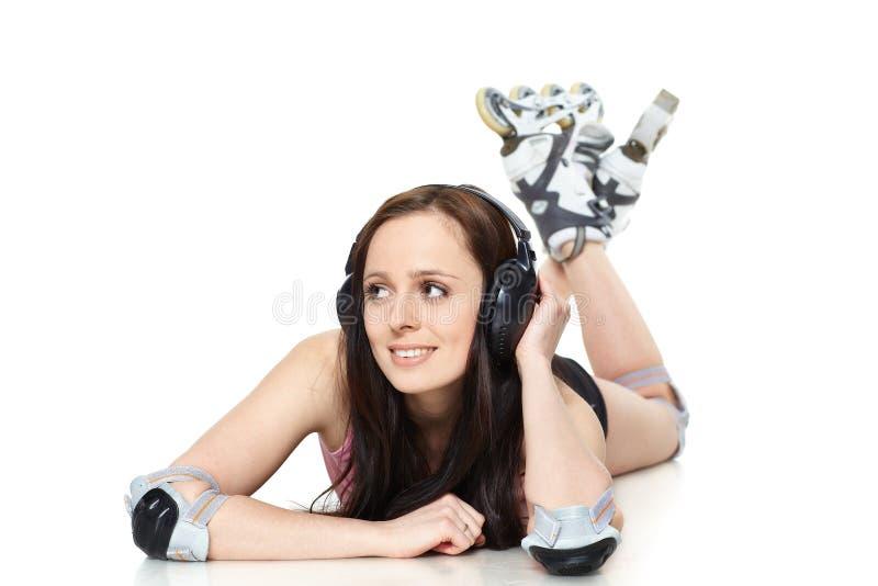 A mulher nova bonita nos rollerskates imagens de stock royalty free