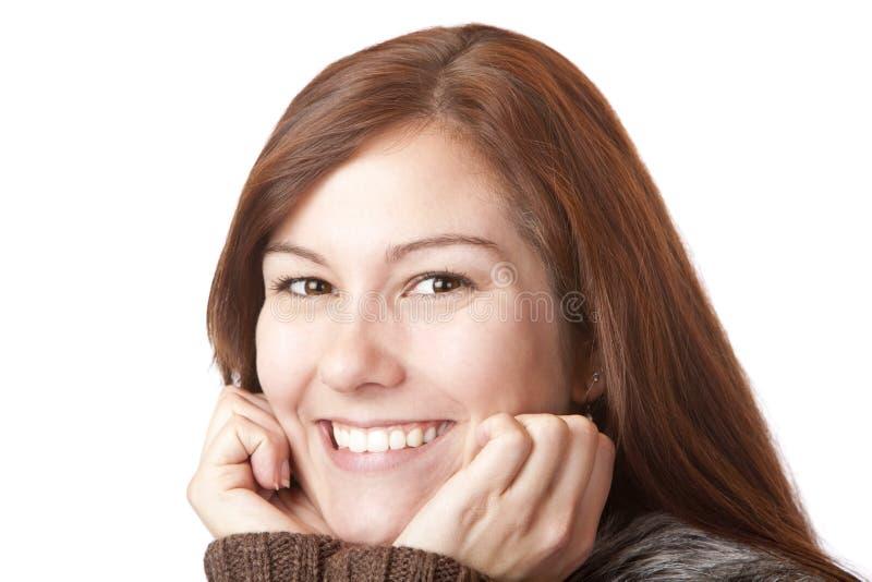 A mulher nova bonita prende o queixo e sorri feliz fotos de stock royalty free