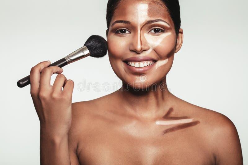 Mulher nova bonita que aplica a composição imagens de stock royalty free