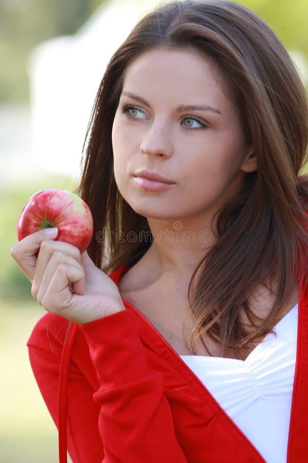 Mulher nova bonita que come a maçã. fotos de stock royalty free