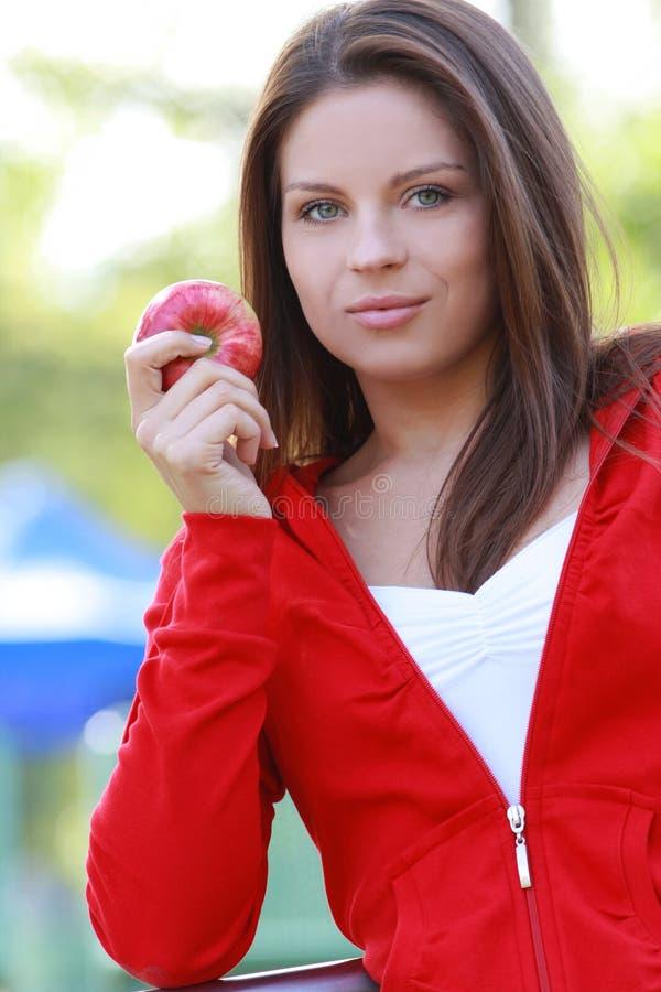 Mulher nova bonita que come a maçã. fotos de stock