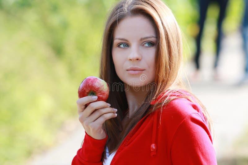 Mulher nova bonita que come a maçã. imagem de stock royalty free