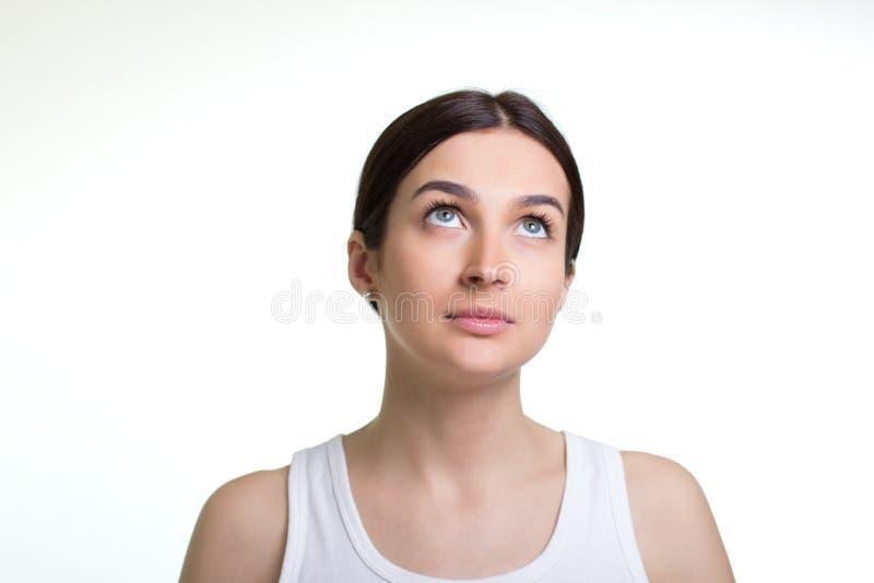 Mulher nova bonita que daydreaming fotografia de stock royalty free