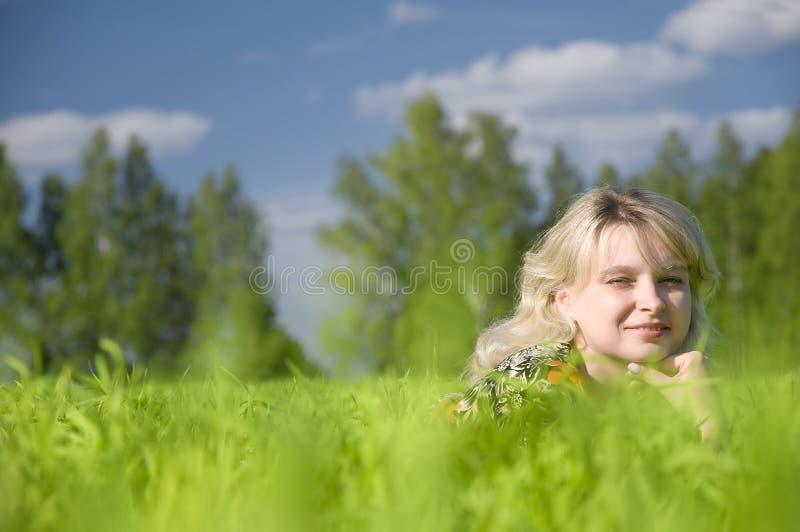 Mulher nova bonita que encontra-se na natureza fotografia de stock royalty free