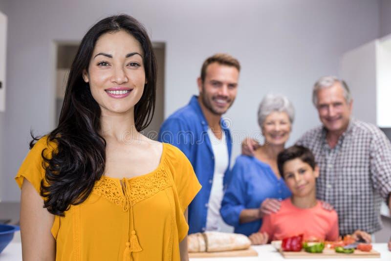 Mulher nova bonita que está na cozinha foto de stock