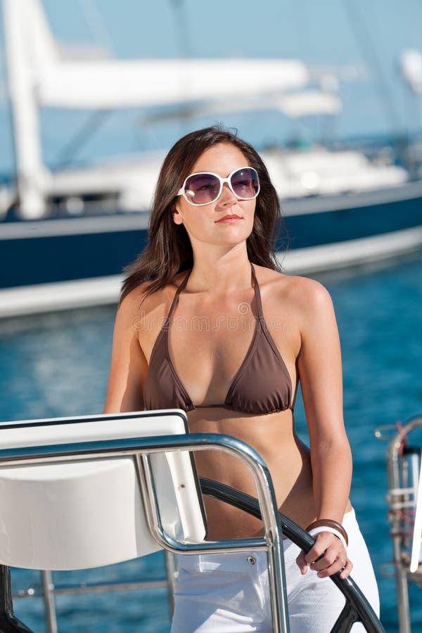 Mulher nova bonita que está no barco luxuoso foto de stock royalty free