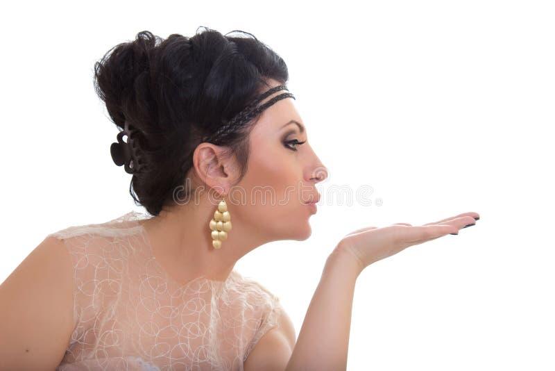 Mulher nova bonita que funde um beijo foto de stock