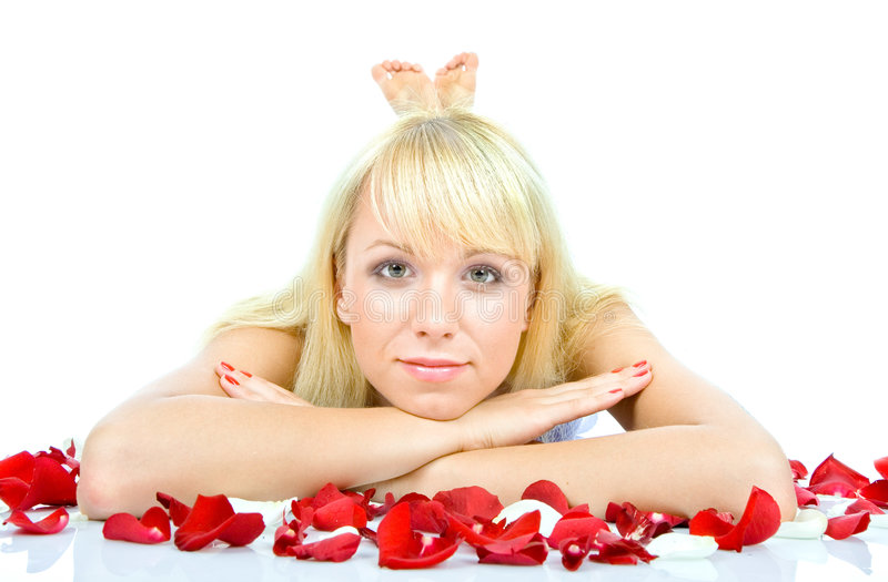Mulher nova bonita que joga as pétalas cor-de-rosa imagem de stock royalty free