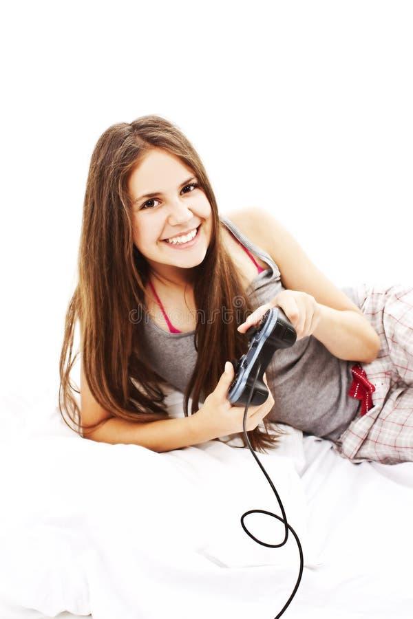 Mulher nova bonita que joga jogos de computador imagem de stock