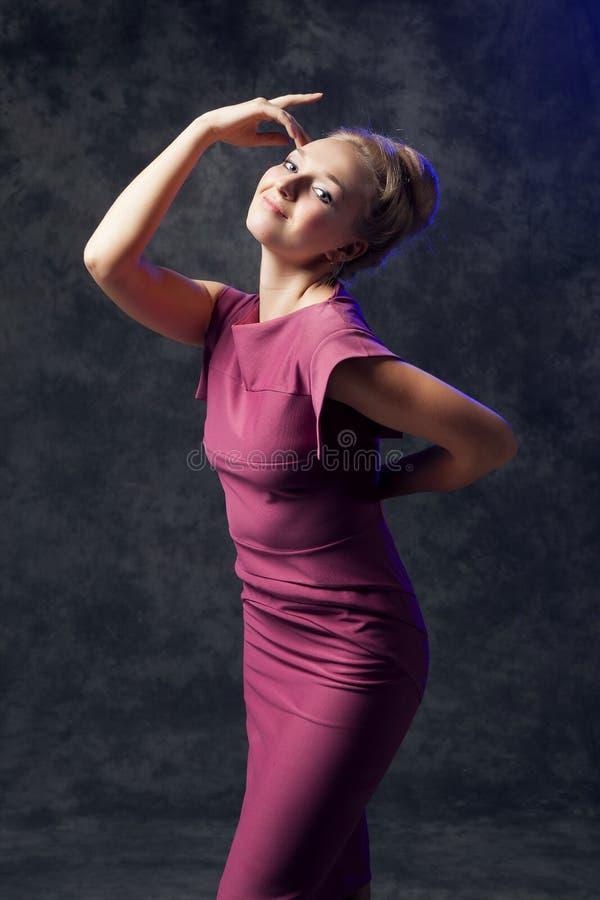 Mulher nova bonita que levanta no vestido fotografia de stock royalty free