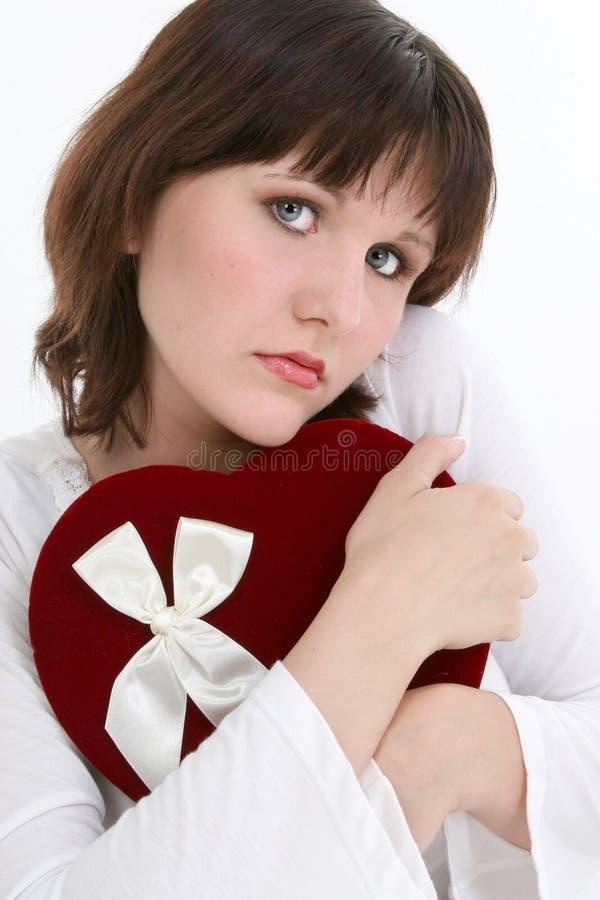 Mulher nova bonita que pensa de seu Valentim imagem de stock royalty free