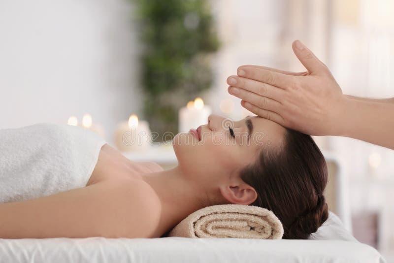 Mulher nova bonita que recebe a massagem facial fotografia de stock