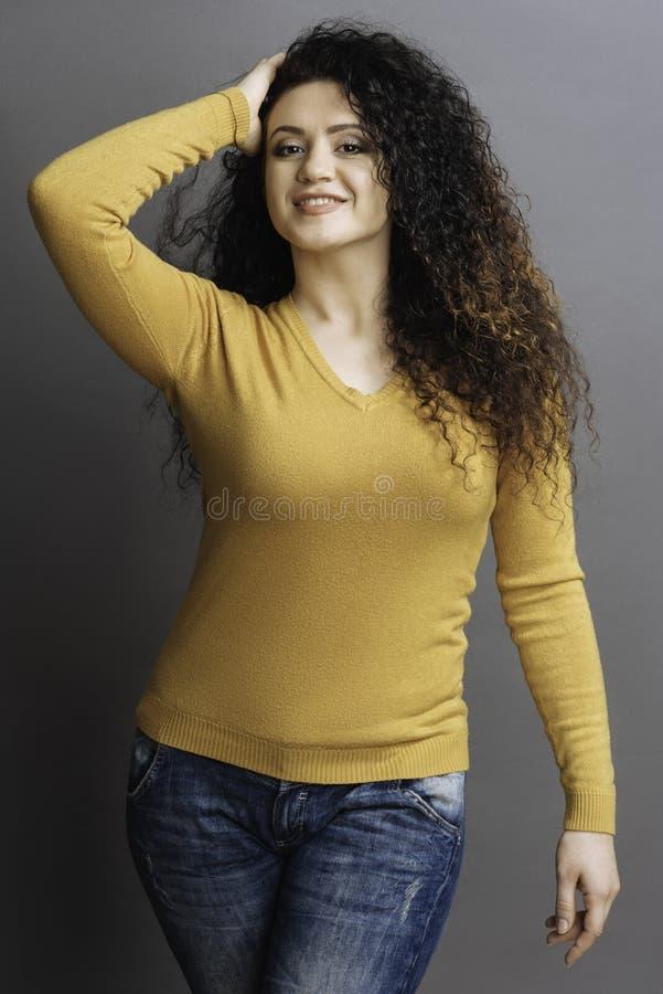 Mulher nova bonita que toca em seu cabelo fotos de stock royalty free