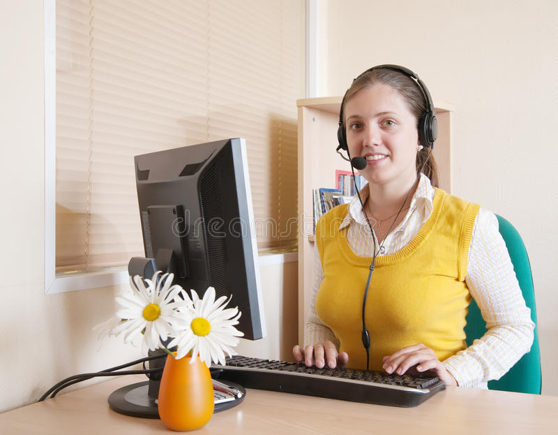 Mulher nova bonita que trabalha no escritório foto de stock