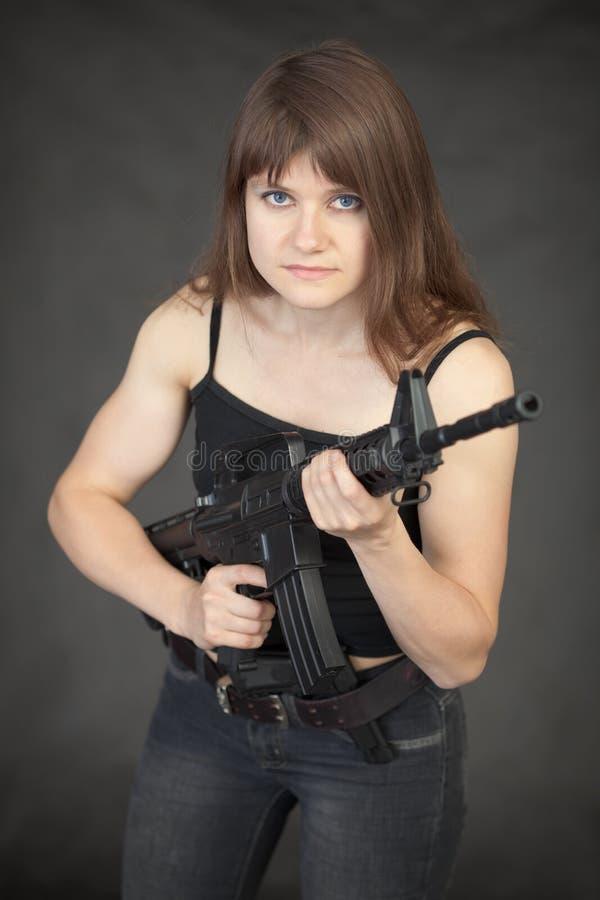 Mulher nova bonita - soldado com um rifle fotos de stock