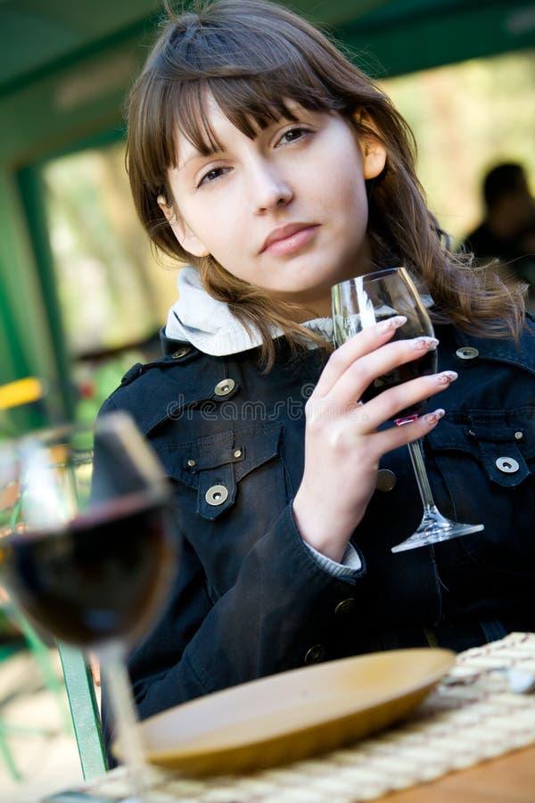 Mulher nova bonito com vidro de vinho imagem de stock