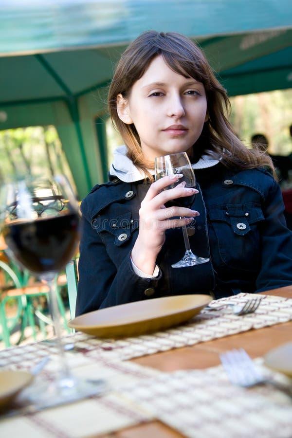 Mulher nova bonito com vidro de vinho foto de stock royalty free