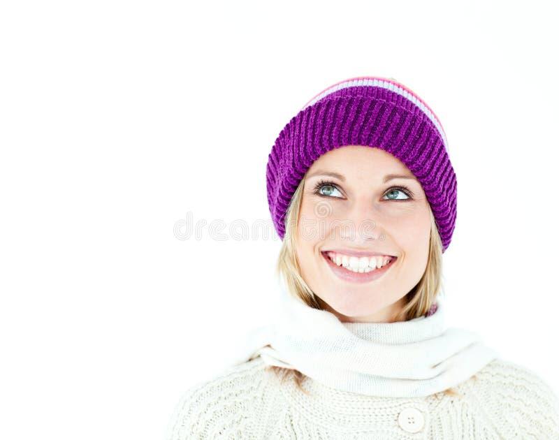 Mulher nova brilhante com o tampão no inverno, sorrindo fotos de stock royalty free