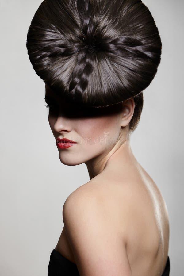 Mulher nova com bordos vermelhos e estilo de cabelo incomun foto de stock