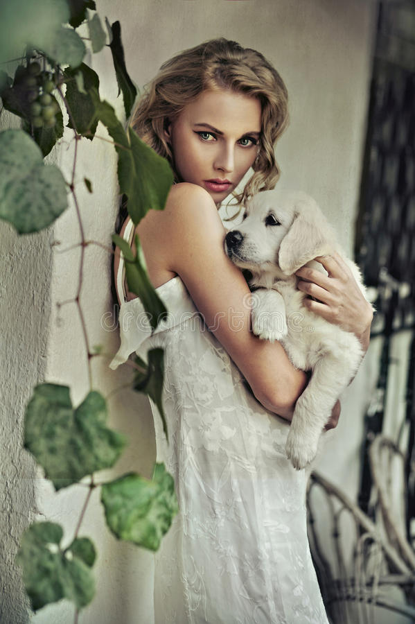 Mulher nova com cão imagens de stock