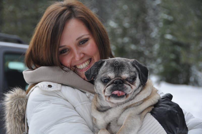 Mulher nova com cão fotografia de stock royalty free